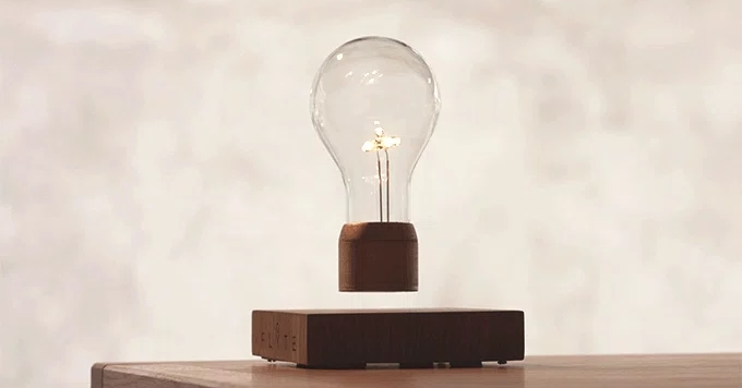 На цю лампочку не діють сили гравітації