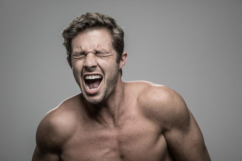 Щоб зафіксувати щирі емоції людей, фотограф бив людей струмом
