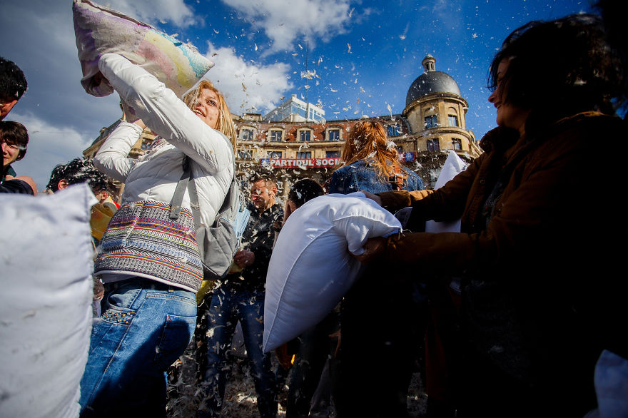 pillow-fight-documentary-photography_006__880