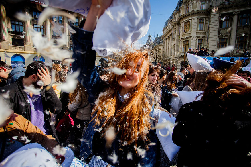 pillow-fight-documentary-photography_014__880