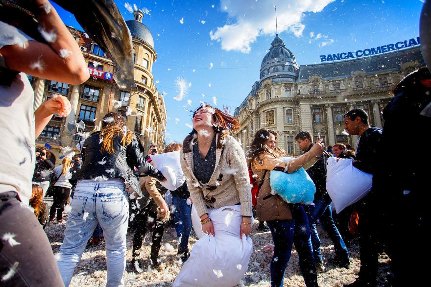 pillow-fight-documentary-photography_021__880