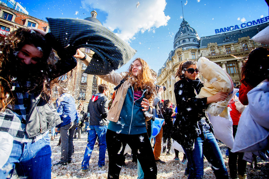 pillow-fight-documentary-photography_023__880