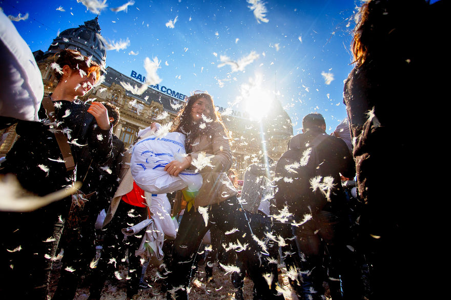 pillow-fight-documentary-photography_024__880