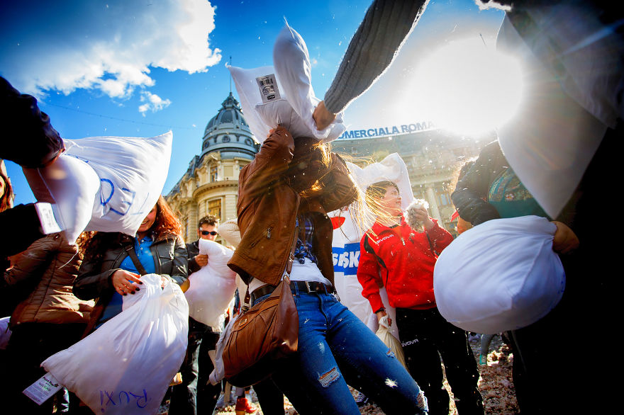 pillow-fight-documentary-photography_026__880