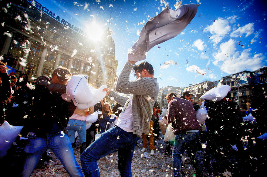 pillow-fight-documentary-photography_032__880