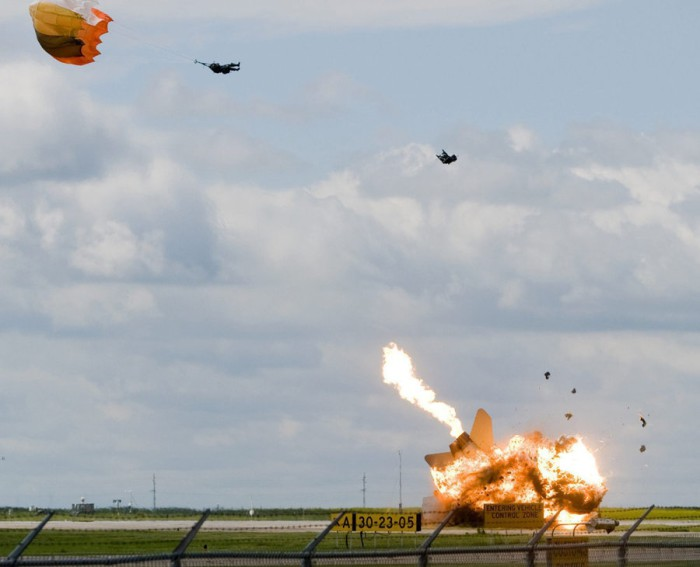 a_pilot_ejects_moments_before_his_plane_crashes_in_Alberta_Canada-700x567