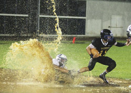 nicely_timed_sports_photos_american_football_splash