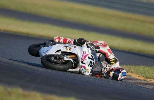 nicely_timed_sports_photos_motorbike_racer_checking_the_asphalt