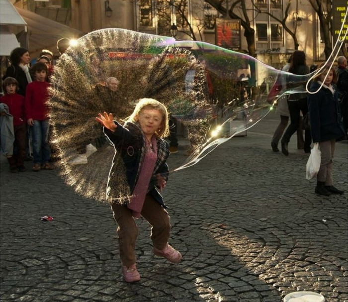 the_moment_a_huge_bubble_bursts_in_Paris_France-700x607