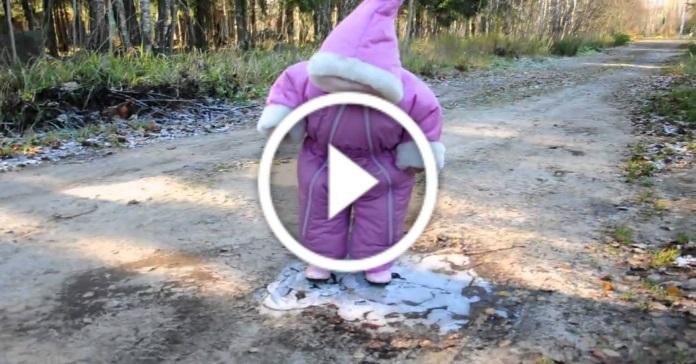 Дівчинка вперше йде по льоду. Смішно до сліз!