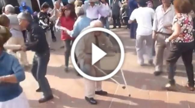 Ви здивуєтесь коли побачите танець цього дідуся!