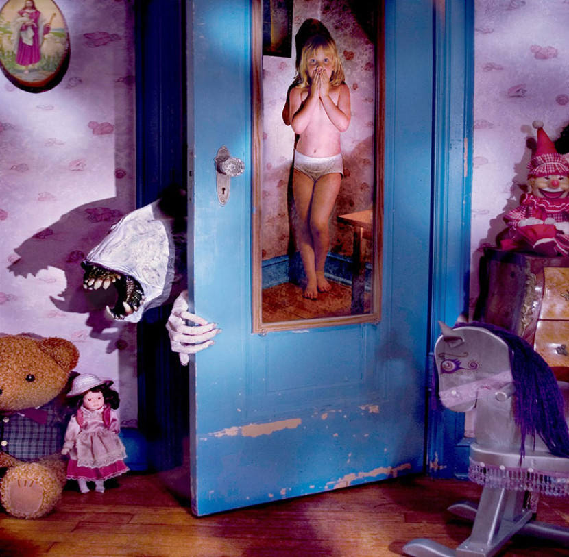 dad-creates-the-most-haunting-horror-photos-with-his-daughters-as-the-stars6-1-830x813