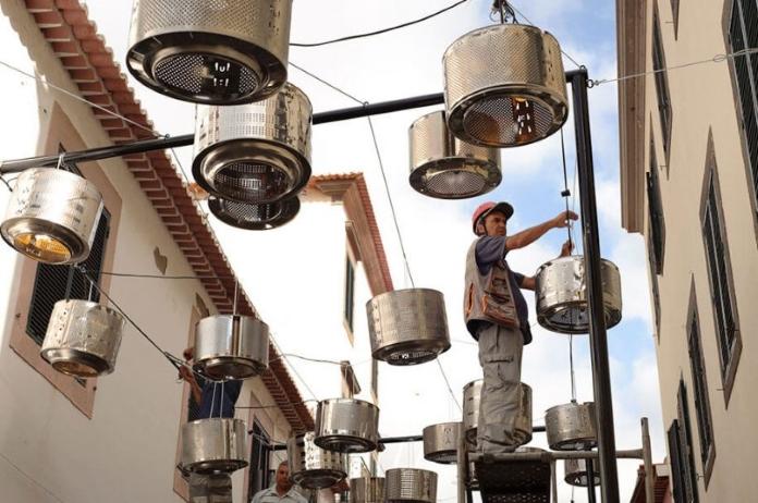 133 старих барабанів із пральних машин перетворили у вуличні ліхтарі
