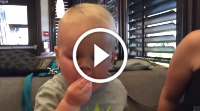 Малюк їсть журавлину, дивіться на міміку!