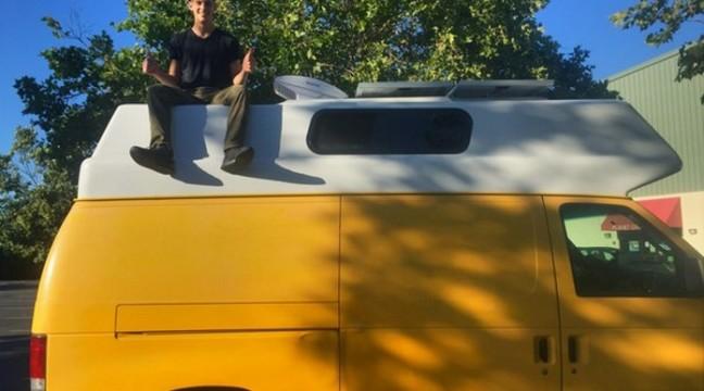 Синові набридло жити з батьками і він переселився у фургон. Фото