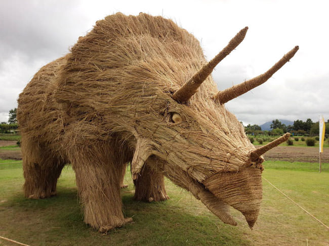 Artist-reuses-discarded-straw-to-make-amazing-dinosaur-sculptures11