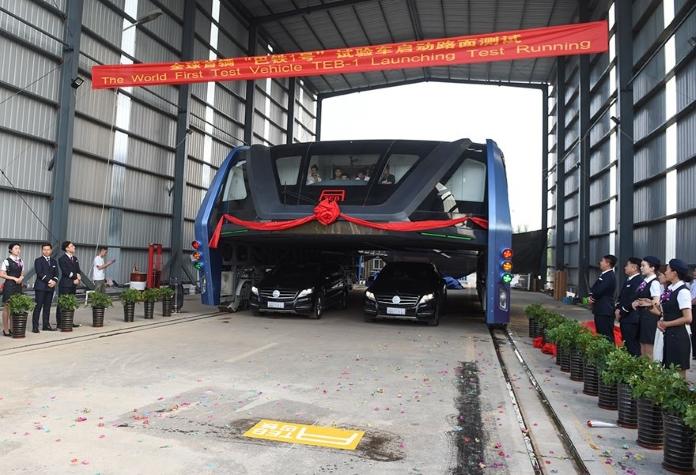 Без аварій та заторів: у Китаї з'явився автобус, який їздить над дорогою