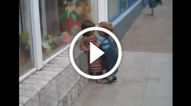 Тільки погляньте, як цей дворічний ловелас завзято лізе цілуватися!