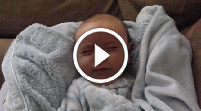Як прокидається малюк. Милість цього фото просто зашкалює :)