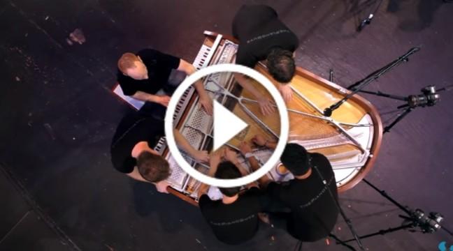 Такого ми ще не бачили! П'ятеро музикантів зіграли на одному роялі