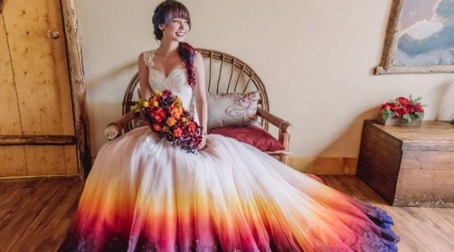 Новий весільний тренд – розкішні плаття з кольоровим низом