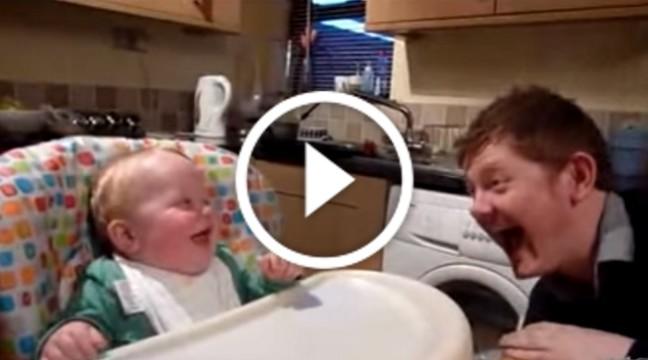 Малюк сміється як тато