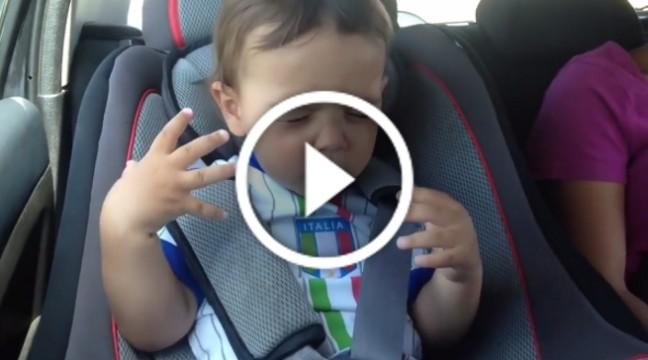 Цей малюк покаже вам, як треба кайфувати від музики