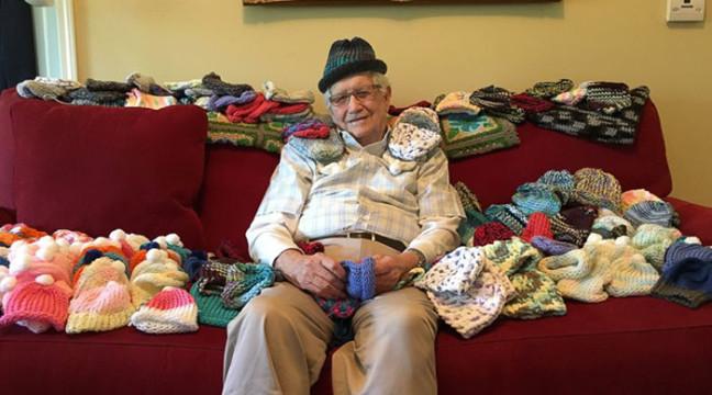 86-річний дідусь навчився в'язати, щоб робити шапочки для недоношених дітей