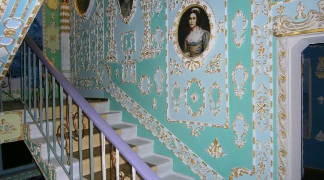 Киянин перетворив під'їзд багатоповерхівки у палац 18 століття