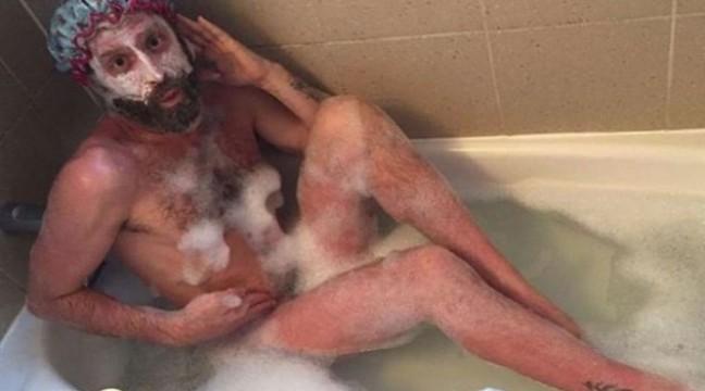 Відомий канадський актор приймає ванну у незнайомців і публікує голі фото у соцмережі