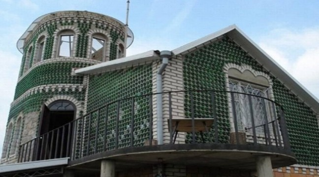 Чоловік із Запоріжжя побудував унікальний будинок з пляшок з-під шампанського