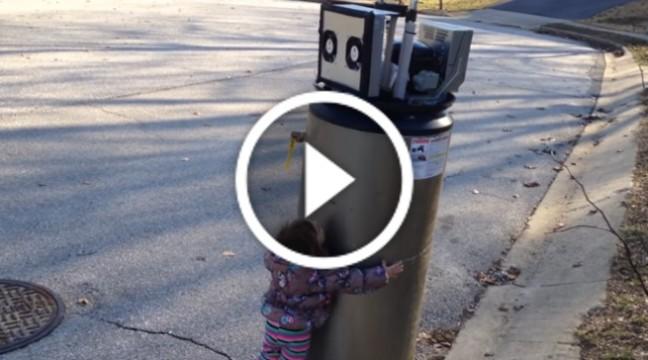 Дівчинка переплутала вуличний автомат з роботом і…пішла його обіймати