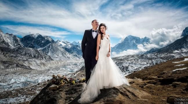 Пара 3 тижні піднімалася на Еверест, щоб дати на вершині обітниці. Весільні фото вражають