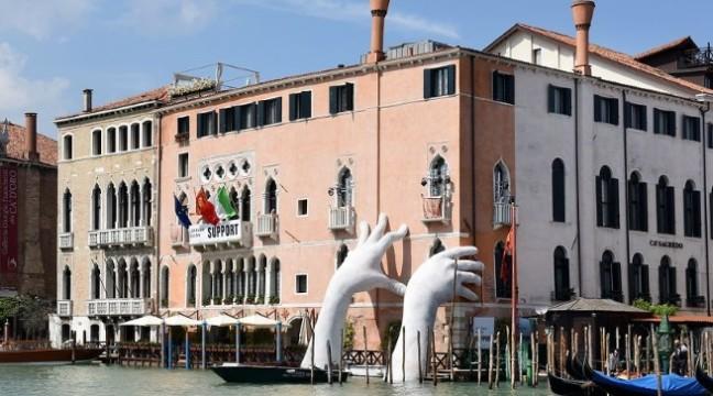 У Венеції з'явилися гігантські руки, які повідомляють про глобальне потепління